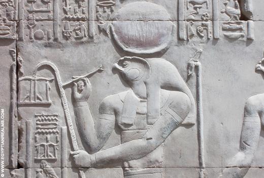 Relief van Ra in de Kom-Ombo Tempel.