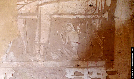 Een Egyptische aapje afgebeeld op een muur van de tombe van zijn eigenaar.