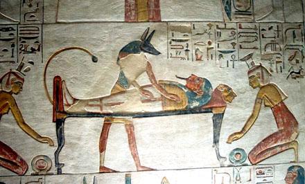 Anpu verzorgt het mummie lichaam op de rug van de Leeuw.