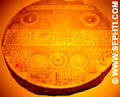 Een tablet die bij het zalven en ceremonies gebruikt werd.
