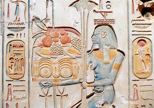 Relief van Hapi op een muur bij Abydos.