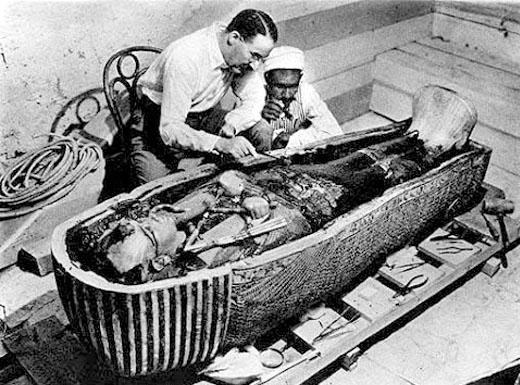 Onderzoek van de sarcofaag kist van Tutankhamun.