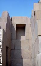 In de daltempel naast de Sphinx.