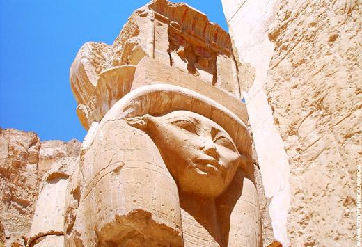 Pilaar met het gezicht van Het-Heru in de Tempel.