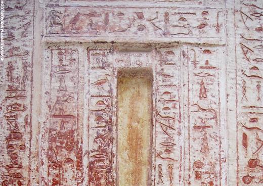 Blinde deur in een tombe bij Saqqara.