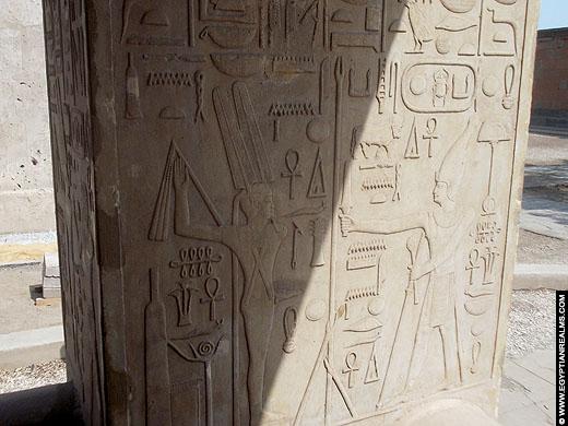 Amun afgebeeld met farao Senusret I op de Witte Kapel.