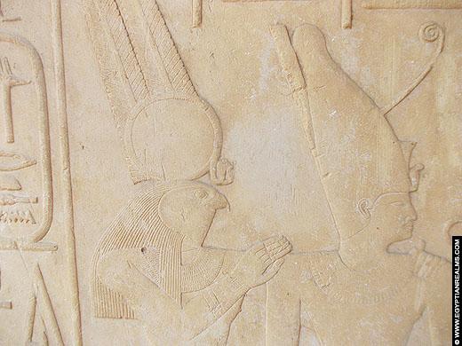 Horus afgebeeld met farao Senusret I op de Witte Kapel.