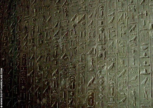 Hierogliefen op een muur in een tombe bij Saqqara.