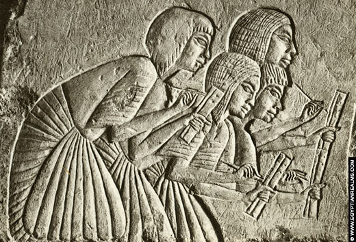 Relief van schrijvers uit het oude Egypte.