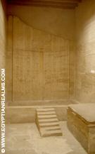 Tombe in Saqqara met offertafel.