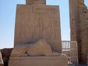 Bij de ingang van de Dendera tempel