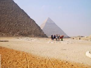 Achter de Piramides van Gizeh