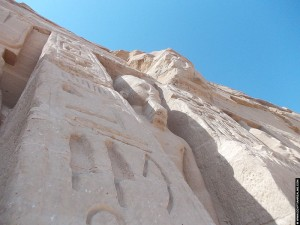 Hierogliefen op de voorzijde van de tempel