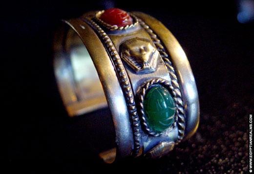Egyptische armband met scarabee