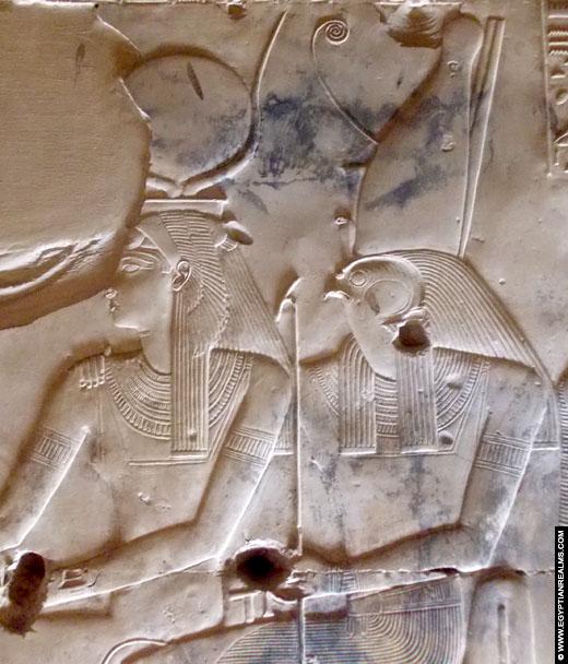 Relief voorstelling van Isis en Horus in de tempel van Seti I te Abydos.