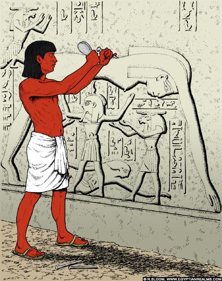 Vakman voorziet een Egyptische muur van reliefs.