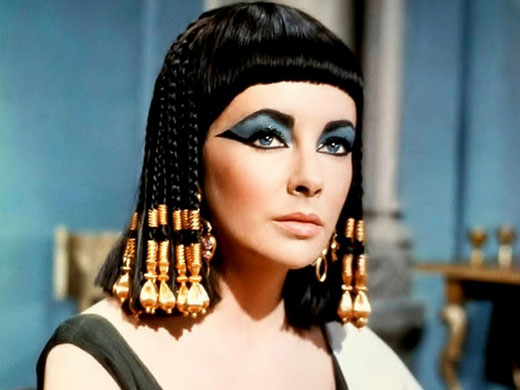 Elizabeth Taylor verkleed als Cleopatra.