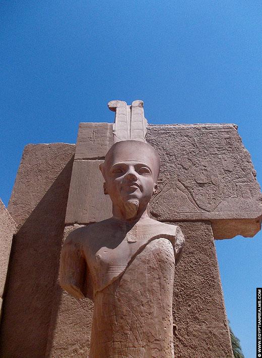 Beeld van Amun in de Karnak tempel.