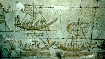 Boten met mast afgebeeld op een muur.