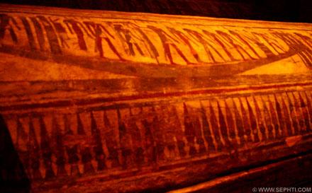Deksel van een sarcofaag met een enorme boot.