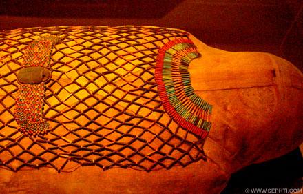 Egyptische mummie met kralennet.
