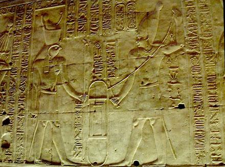 Pharaoh met een koord in de hand.