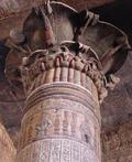Egyptische pilaar met balk en plafon.