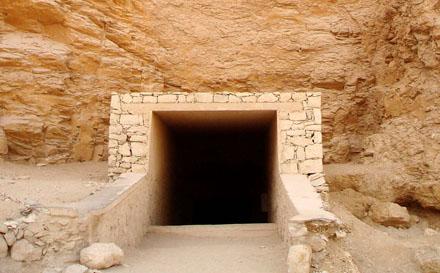Ingang van een tombe bij de Vallei der Koningen.
