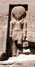 Ra afgebeeld boven de ingang van de Tempel van Abu-Simbel.