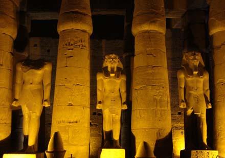 Beelden van Pharaoh bij de Tempel.