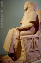 Man zittend op een stoel.