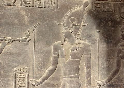 Pharaoh met kroon en Staf des Levens afgebeeld naast Aset.
