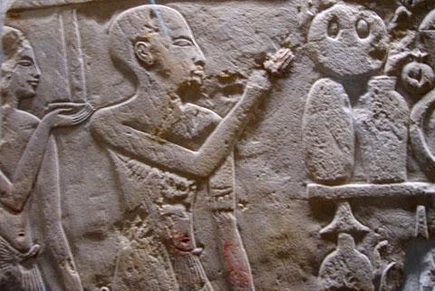 Egyptische priester voor de stapel van offers.