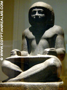Beeld van een oud-Egyptische schrijver.