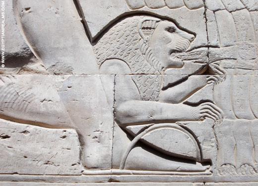 Oud-Egyptische voorstellling van een leeuw aan de zijde van farao.