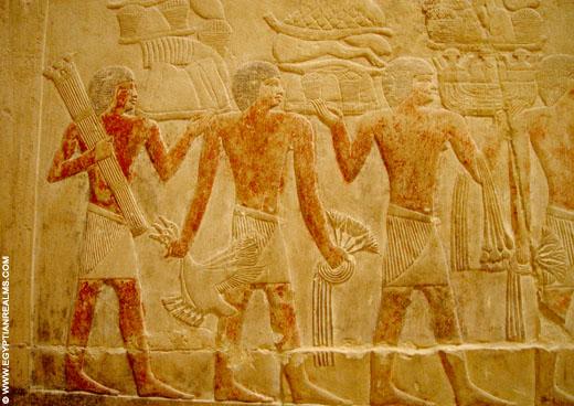 Oud-Egyptisch relief van mannen met offers.