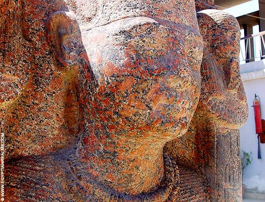 Granieten beeld van farao bij Memphis.
