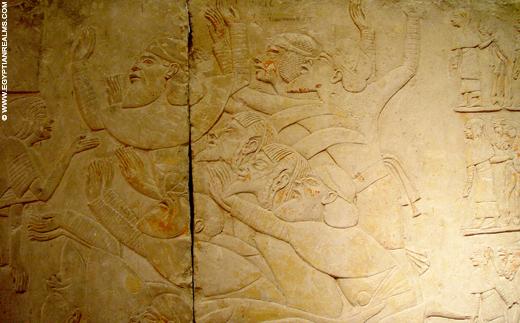Gevangenen afgebeeld op een muur uit het oude Egypte.