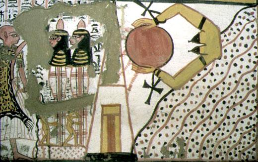 Priester voert een ritueel op bij de mummie.
