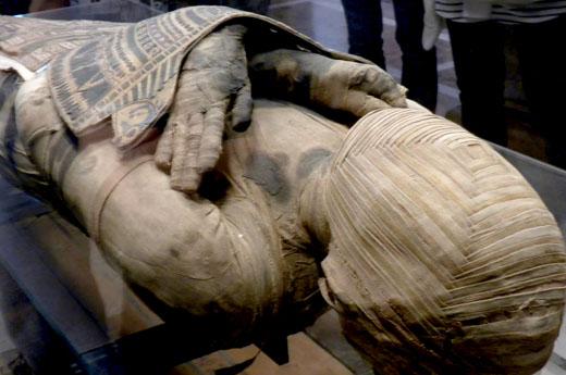 Egyptisch mummie lichaam met armen gekruist op de borst.