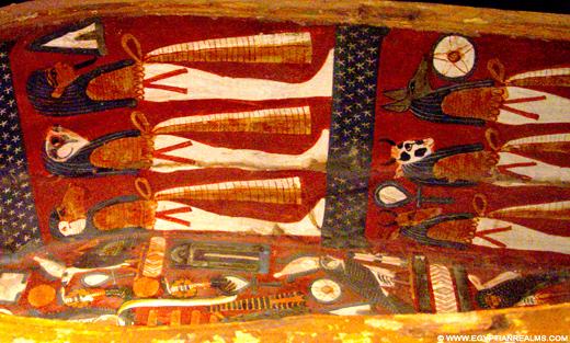 Beschildering in sarcofaagkist.