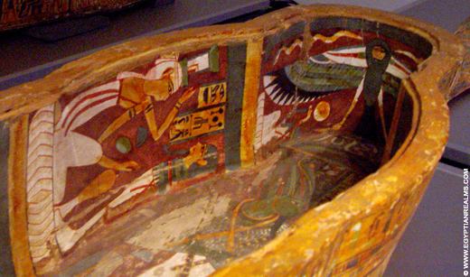 Ba vogel afgebeeld in een sarcofaagkist.