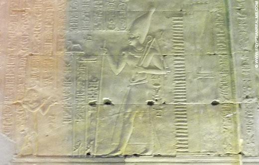 Relief van farao op een muur in de Edfu Tempel.