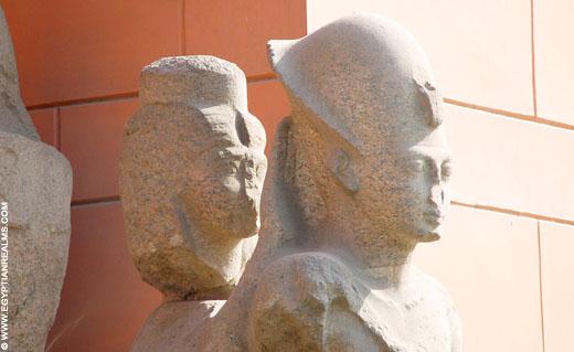 Fragment van een beeld van farao voor het museum in Cairo.