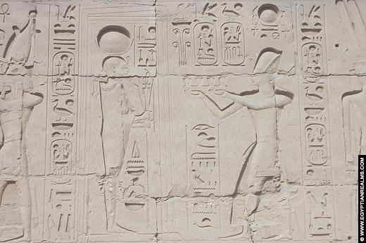 Relief van Khonsu met Ramses II afgebeeld op de Karnak Tempel.