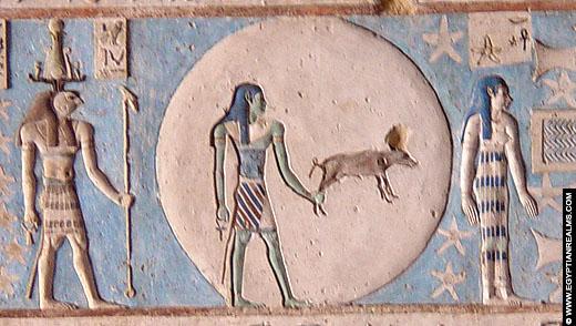 Relief van de Maan op het plafond van de Dendera Tempel.