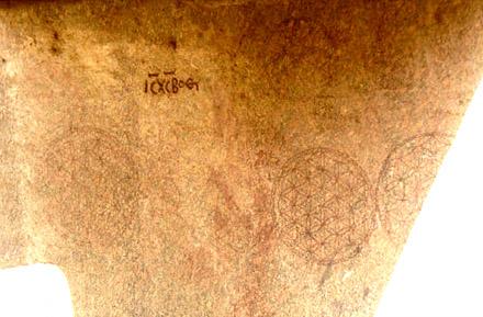 Egyptische muur voorzien met symbolen van de Flower of Life.