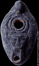 Oud-Egyptische olielamp voorzien van het gezicht van Hathor.
