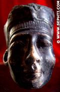 Fragment van een beeldje van Nefertiti.