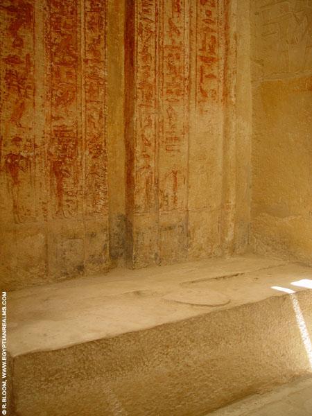 Foto van een oud-Egyptische offertafel bij Saqqara. Copyright R.Bloom.